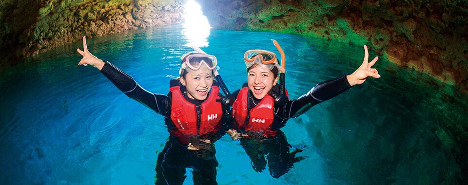沖縄県真栄田岬 WEB限定ガイド貸切青の洞窟シュノーケルツアー